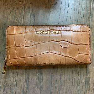 🌰 Michael Kors Mercer Croc Emb. Leather Acorn-EUC